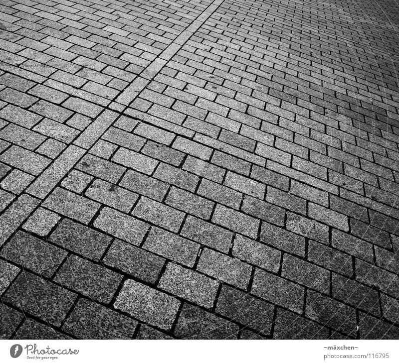 Pflasterstein II schwarz weiß diagonal Quadrat Rechteck Verlauf zweiteilig fahren gehen Verkehrswege Schwarzweißfoto Kopfsteinpflaster Stein black white b/w