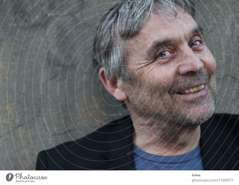 Thomas maskulin Senior 1 Mensch 60 und älter Mauer Wand T-Shirt Jacke grauhaarig kurzhaarig Dreitagebart beobachten Lächeln lachen Blick Gefühle Fröhlichkeit