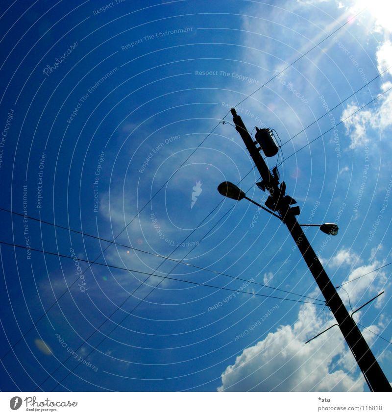 Into the Blue Himmel weiß Sonne blau Wolken Lampe Industrie modern Elektrizität Kabel Laterne Verkehrswege diagonal Strommast blenden kreuzen