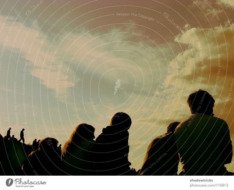 Leute Mensch Himmel rot Wolken dunkel braun Wetter sitzen mehrere Clique