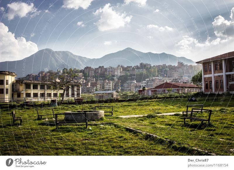 Schulhof in Kathmandu Landschaft Himmel Wolken Sonnenlicht Schönes Wetter Berge u. Gebirge Himalaya Menschenleer Park Garten schön Geborgenheit Fernweh