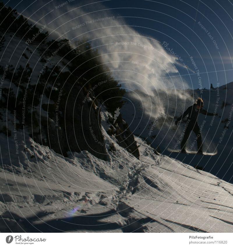 Frei! (Zwei) Winter springen Snowboard Spuren fahren Luft außer Atem Sträucher weiß Baum Wintersport Felsen Schnee Schatten blau felsenspringen Schanze