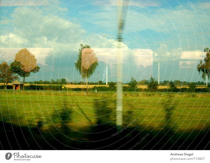Eine Bahnfahrt usw. fahren Bahnfahren Fenster Blick Langeweile rollen Elektrizität Oberleitung Lebensgefahr Reflexion & Spiegelung Baum Wolken Feld Wiese
