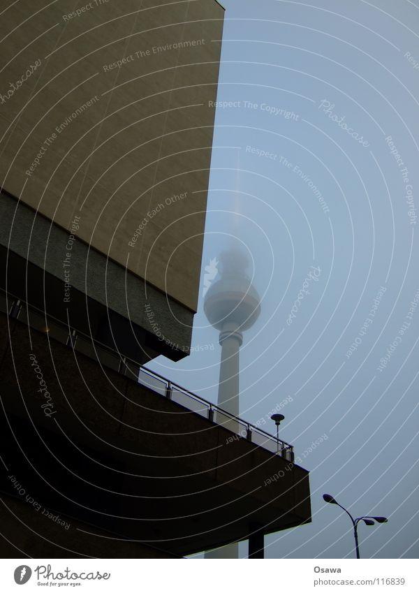 Hochnebel 1 Alexanderplatz Nebel trüb Winter Gebäude Bauwerk Haus Plattenbau Mitte Wand Beton Balkon Laterne Wolken grau Wahrzeichen Denkmal Berlin