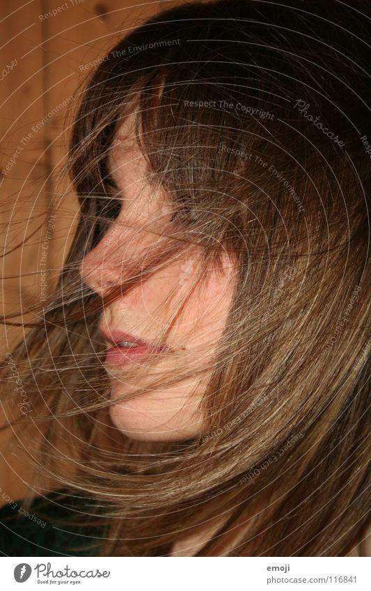 Lüftchen Frau Jugendliche rocken authentisch Holzwand Luft Brise schön süß Beautyfotografie Lust Gefühle genießen Bewegung Friseur Seite Silhouette Frieden
