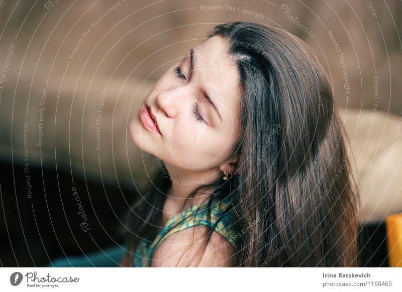 / Frau Erwachsene Haare & Frisuren Gesicht Lippen 1 Mensch 18-30 Jahre Jugendliche genießen träumen schön Gefühle Stimmung Freude Mädchenportrait niedlich