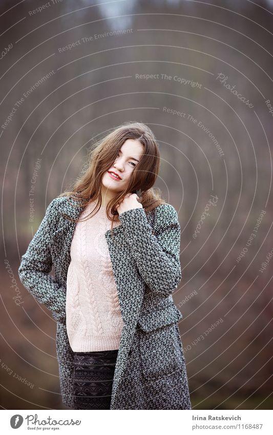 Mädchen Junge Frau Jugendliche Haare & Frisuren Gesicht 1 Mensch 18-30 Jahre Erwachsene Natur Landschaft Park Mode Bekleidung Jeanshose Pullover Mantel brünett