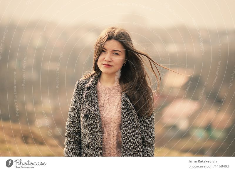Mädchen Junge Frau Jugendliche Haare & Frisuren Gesicht 1 Mensch 18-30 Jahre Erwachsene Natur Landschaft Wiese Mode Pullover Mantel brünett genießen Blick hell