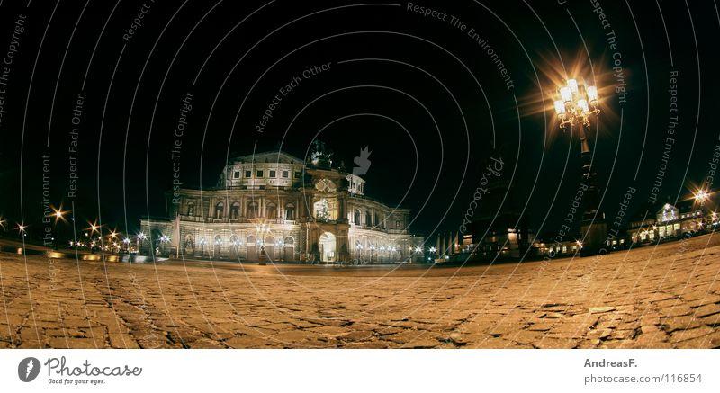 Dresden mal wieder. dunkel Gebäude Beleuchtung Platz Laterne Denkmal historisch Kopfsteinpflaster Wahrzeichen Nacht Panorama (Bildformat) Elbe Opernhaus Sachsen