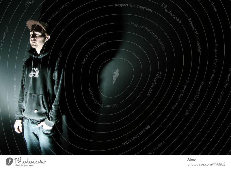 Schattenspender Mann Jugendliche weiß ruhig schwarz Einsamkeit dunkel Denken hell Angst Vergänglichkeit Gedanke Bühnenbeleuchtung Scheinwerfer Kriminalität