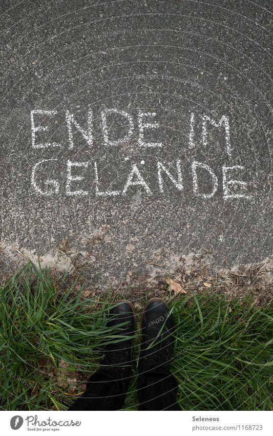 Over and out Ausflug Mensch Fuß 1 Natur Pflanze Gras Wiese Schuhe Schriftzeichen Schilder & Markierungen Hinweisschild Warnschild stehen Ende Grenze Begrenzung