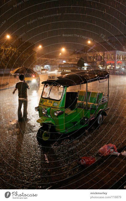 bangkok monsun Monsun Thailand Bangkok Sturm Taxi strömen Regenschirm Wassermassen Stadt Nacht ignorieren extrem Verkehr Licht Kunstlicht Müll dunkel schwarz