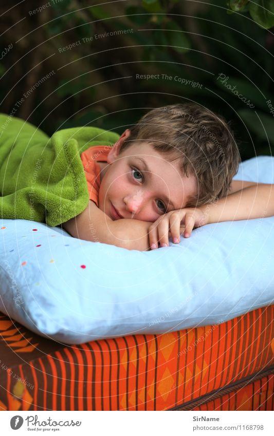 368 Freizeit & Hobby Häusliches Leben Wohnung Garten Bett Junge Kindheit 3-8 Jahre brünett Kopfkissen Schlafmatratze Decke Erholung genießen Lächeln liegen