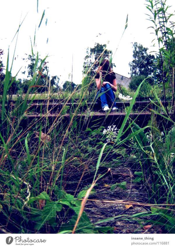 enjoy the silence. Gleise Einsamkeit ruhig Gras grün trist genießen Langeweile sitzen warten Außenaufnahme