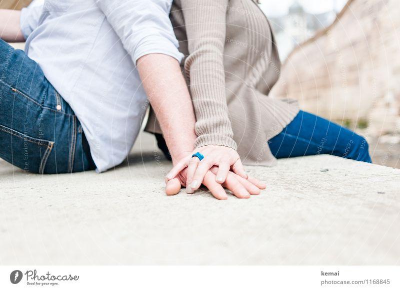 Zusammenhalt Lifestyle Stil Freizeit & Hobby Mensch maskulin feminin Paar Partner Erwachsene Leben Hand Finger 2 18-30 Jahre Jugendliche Jeanshose Jacke Ring