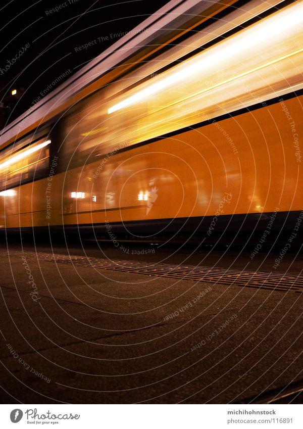 Zurücktreten bitte Straßenbahn S-Bahn U-Bahn Bewegungsunschärfe Einfahrt fahren Berliner Verkehrsbetriebe Abend Bahnsteig Schaffner Bahnhof beförderungsmittel
