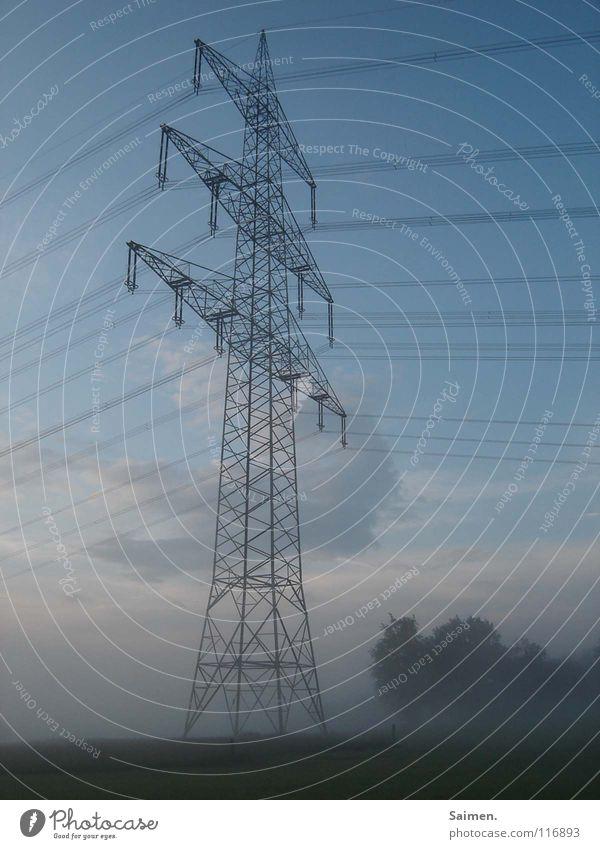 schlafender Riese Himmel blau Baum Wolken Nebel groß Macht Kabel Industrie zart Stahl Strommast Material leicht gigantisch
