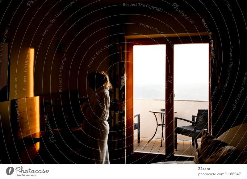 Guten Morgen Lifestyle schön Wohnung feminin Junge Frau Jugendliche 18-30 Jahre Erwachsene Bademantel Erholung genießen stehen blond natürlich Stimmung