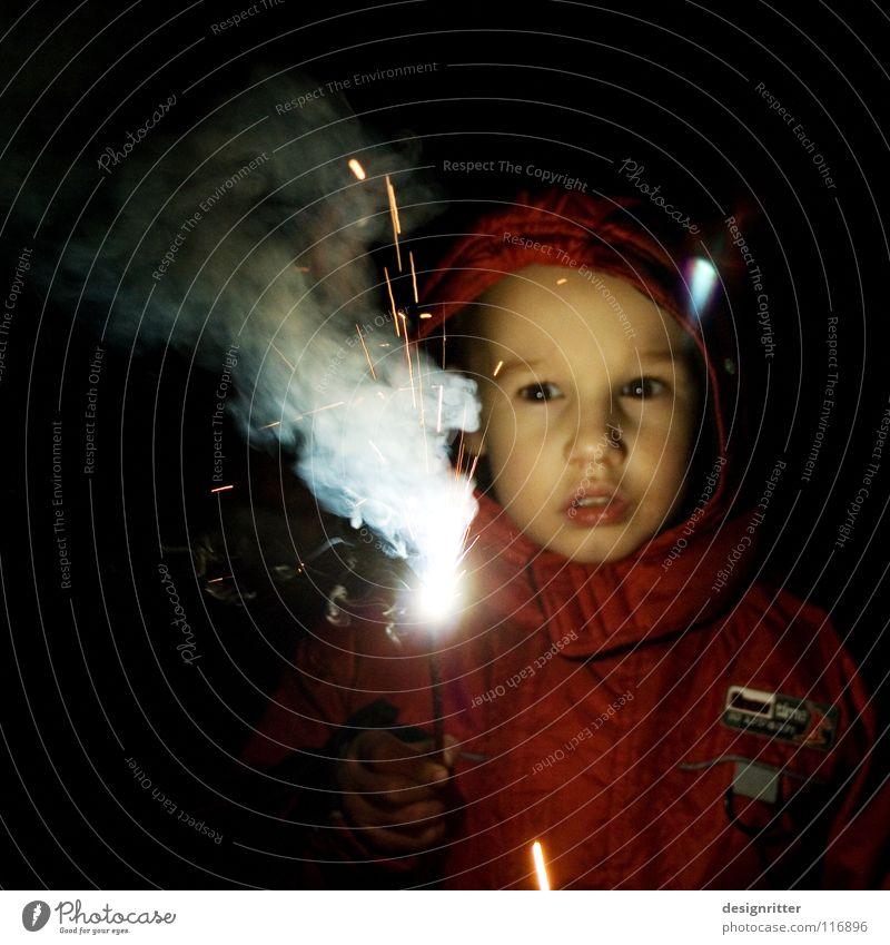 Feuerwerker Kind Junge Spielen Brand gefährlich bedrohlich Silvester u. Neujahr entdecken Leidenschaft Mut Begeisterung Feuerwehr Wunderkerze Brandschutz