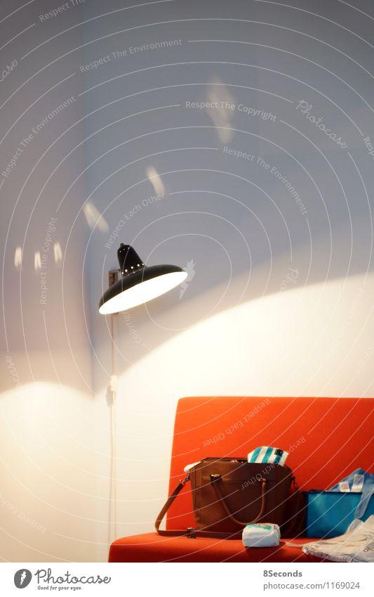 das rote sofa Lampe Lampenlicht Sofa Wärme weiß Häusliches Leben Wohnung Wohnzimmer Handtasche Tasche Schattenspiel unordentlich wohnlich Farbfoto Innenaufnahme
