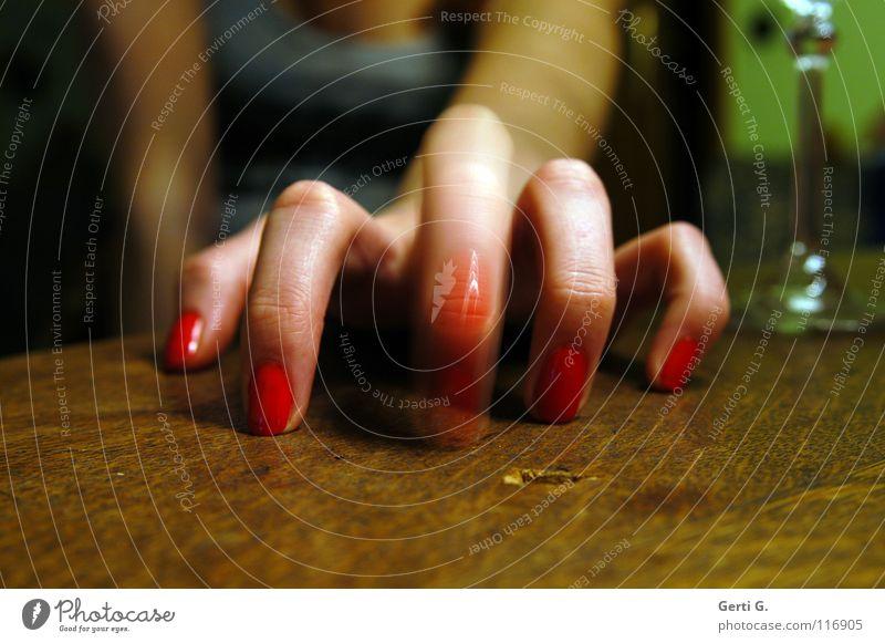 du schlimmer Finger Sektglas Tischplatte Holz Holztisch 5 Hand Zeigefinger Spinne Tippen Mittelfinger klopfen Bewegungsunschärfe Frau Frauenhand feminin Trommel