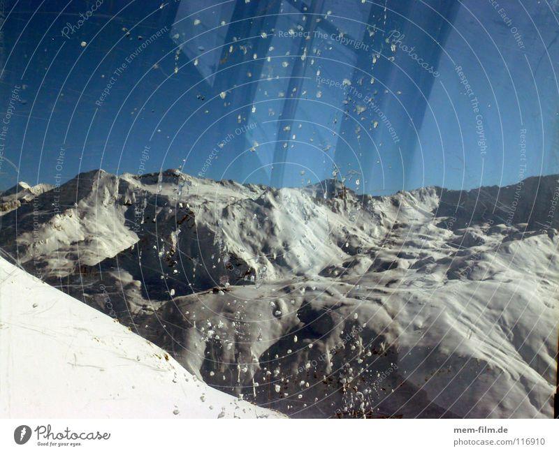 fenster zum berg Wolken Winter Fenster kalt Berge u. Gebirge Schnee Wetter Eis Gipfel Alpen Frankreich Blauer Himmel Dezember unberührt Winterurlaub massiv