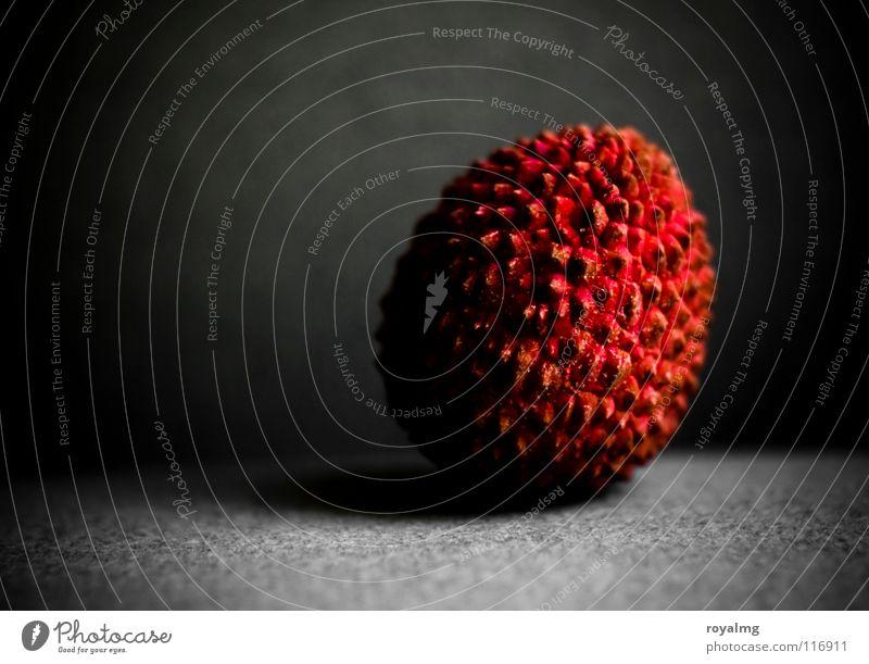 rampenlicht - litchi IV Lychee Vergänglichkeit braun schwarz violett Vitamin Ernährung rot Lichtkegel Frucht Schalen & Schüsseln Lebensmittel Hülle Schutz