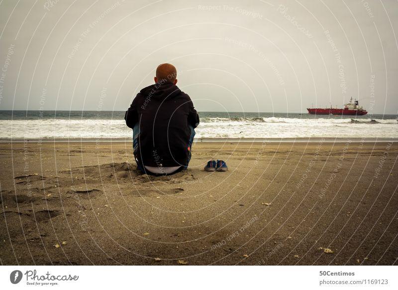 Einsam am Strand Ausflug Abenteuer Ferne Freiheit Kreuzfahrt Meer Insel Mann Erwachsene 1 Mensch Schifffahrt Öltanker beobachten Denken genießen Blick
