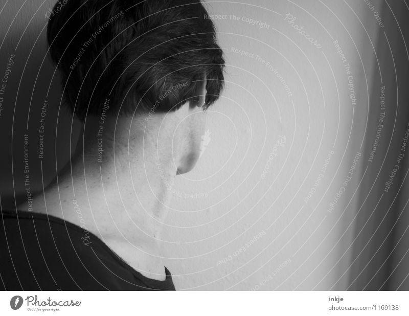 . Lifestyle Frau Erwachsene Leben Kopf Haare & Frisuren Frauenhals Hals 1 Mensch 30-45 Jahre Mauer Wand schwarzhaarig kurzhaarig Traurigkeit Gefühle