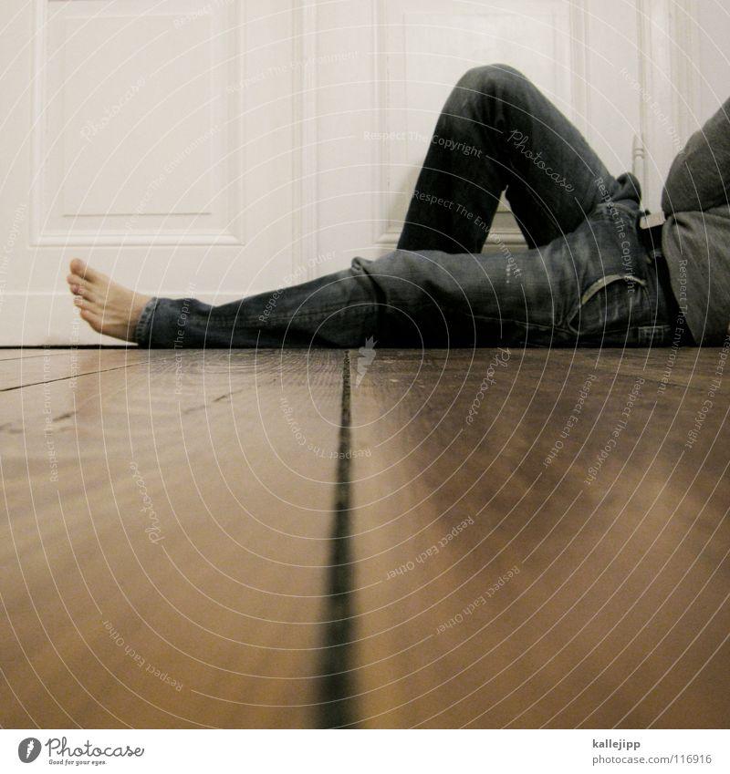 home sweet home Mensch Mann ruhig Haus Erholung Holz träumen Denken Gebäude Tür Zufriedenheit Wohnung sitzen frei liegen Coolness