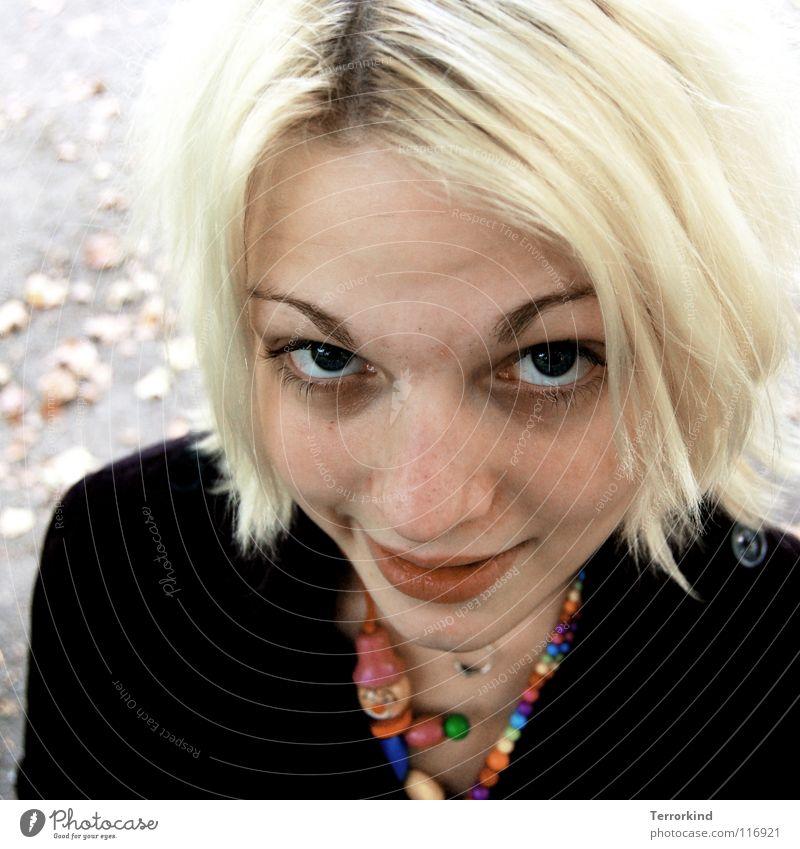 weil.ichs.nicht.verbergen.wollte. Frau Mensch grün rot Blatt schwarz Auge gelb Herbst lachen blond Mund rosa Nase Kreis Lippen