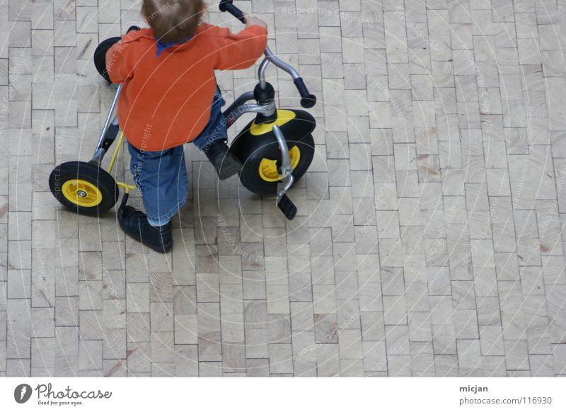 Geschlechtsspezifische Sozialisation [sexus maskulinum] Kind weiß rot Freude Straße Spielen oben Junge grau klein Stein lustig Wildtier Platz Verkehr