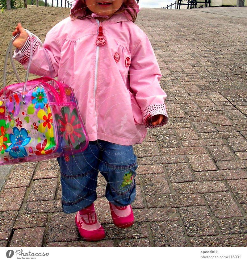 Geschlechtsspezifische Sozialisation [sexus femininum] Kind Mädchen Blume Farbe Einsamkeit Straße Wege & Pfade Sand Erde Schuhe rosa dreckig Sauberkeit Jeanshose Kleinkind Kindergarten