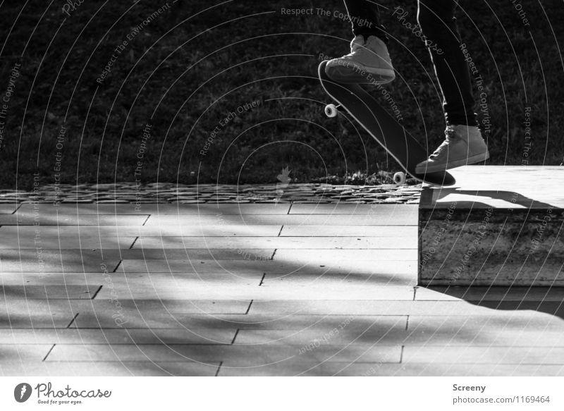 Jump! Freude Sport springen Freizeit & Hobby Zufriedenheit Kraft Erfolg Schuhe Geschwindigkeit Beton Ecke Risiko sportlich Mut Leichtigkeit Skateboarding