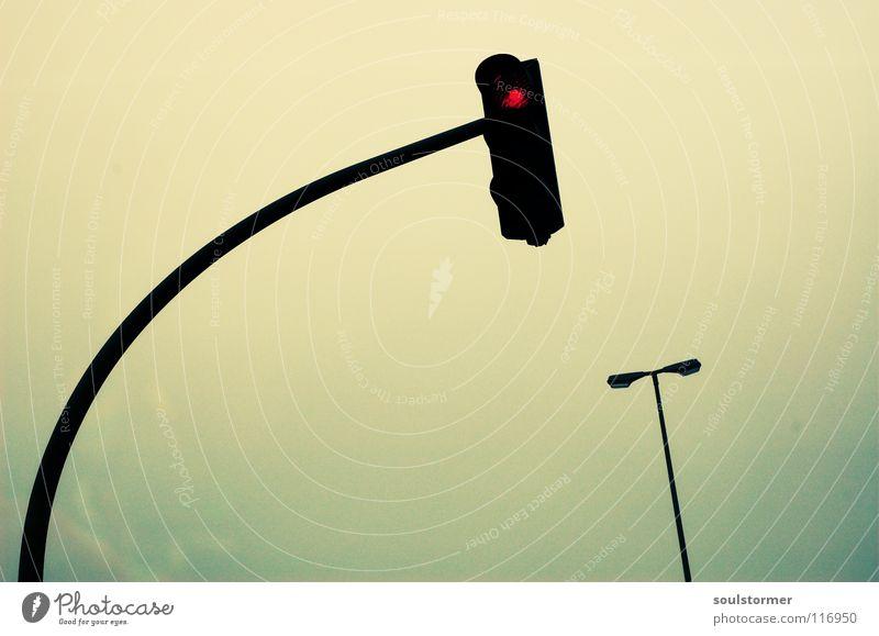 Ein Licht leuchtet den Weg Himmel grün rot Wolken gelb Straße dunkel grau Wege & Pfade Traurigkeit Lampe Angst Verkehr Technik & Technologie Laterne Stadtleben