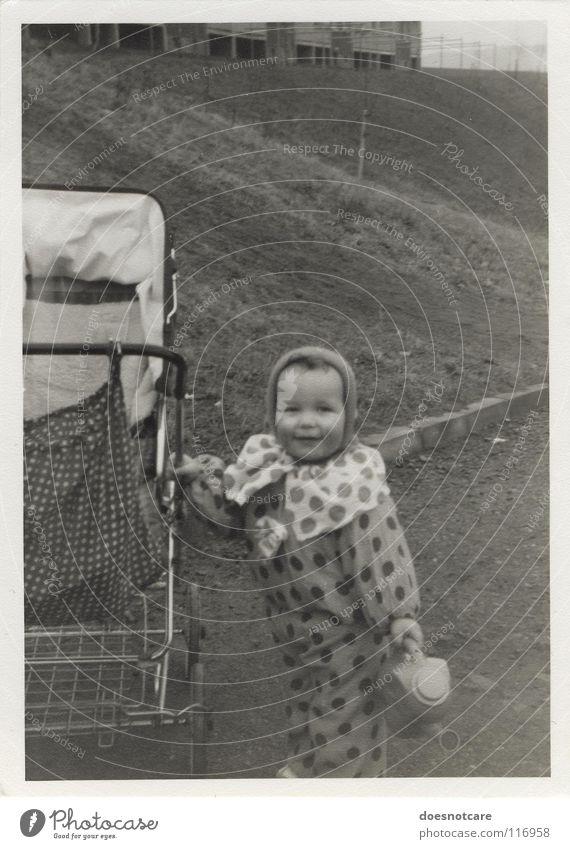 Little Ladybug. Kind alt weiß schwarz Junge retro Karneval Lebensfreude festhalten Vergangenheit Kleinkind Lächeln Nostalgie Käfer Marienkäfer