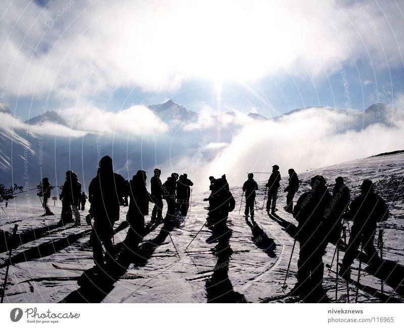 Andermatt/Schweiz schön Sonne Wolken Berge u. Gebirge Schnee Beginn viele Alpen Schneebedeckte Gipfel Skifahren Skifahrer Skipiste überfüllt