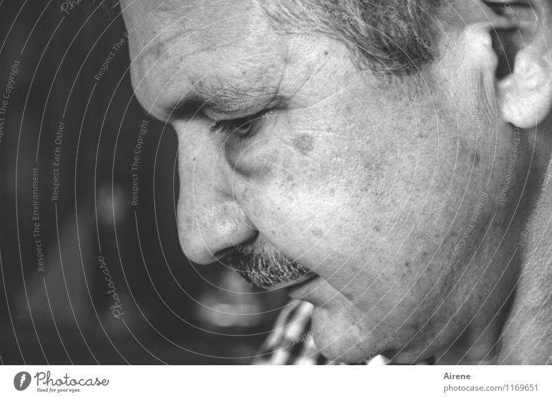 hochkonzentriert Mensch maskulin Mann Erwachsene Gesicht 1 45-60 Jahre Denken authentisch seriös schwarz weiß diszipliniert Konzentration Schwarzweißfoto