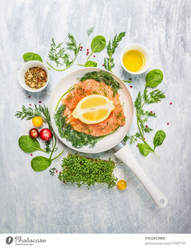 Lachsfilet in weißer Pfanne mit Kräutern und Gewürzen Gesunde Ernährung Leben Stil Lebensmittel Design frisch Kochen & Garen & Backen Kräuter & Gewürze Fisch
