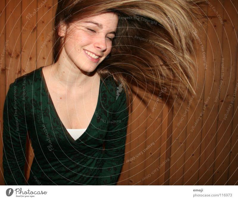 ich hab die Haare schön.. *sing* Frau Jugendliche rocken authentisch Holzwand Luft Brise süß Beautyfotografie genießen Gute Laune Bewegung Friseur Freude