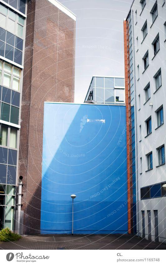 blaue wand Wand Tag Stadt Stadtzentrum Haus Hochhaus Platz Gebäude Architektur Architekturfotografie Mauer Fenster eckig Farbfoto Wolkenloser Himmel