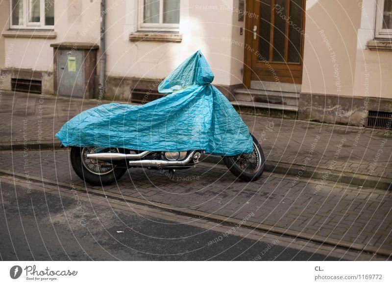 motorrad blau Haus Fenster Straße Wand Wege & Pfade Mauer Tür Verkehr Schönes Wetter Pause Kunststoff Verkehrswege Motorrad stagnierend Straßenverkehr