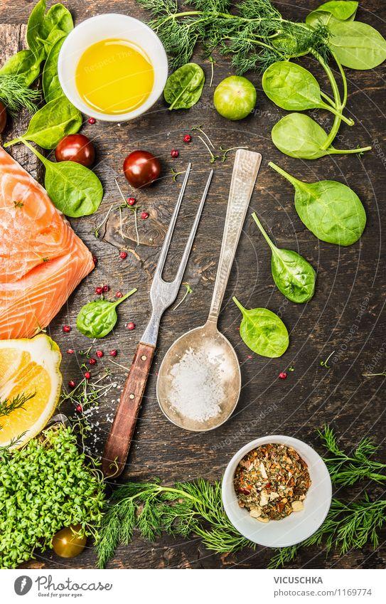 Fisch mit frische Zutaten , Kochlöffel und Gabel Lebensmittel Gemüse Salat Salatbeilage Kräuter & Gewürze Öl Ernährung Mittagessen Abendessen Festessen