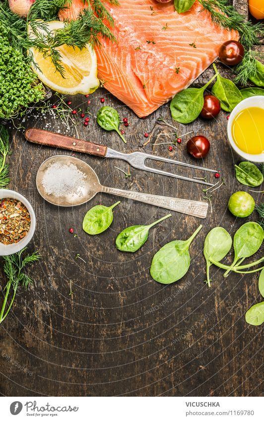Lachsfilet mit Zutaten auf rustikalem Holztisch Lebensmittel Fisch Gemüse Salat Salatbeilage Kräuter & Gewürze Öl Ernährung Mittagessen Abendessen Büffet Brunch