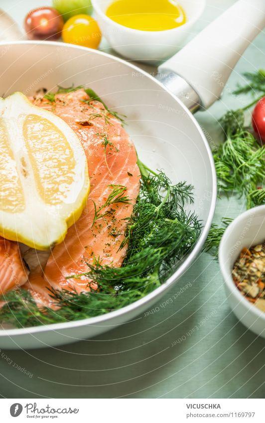 Lachs in weißer Pfanne mit frischen Zutaten Lebensmittel Fisch Gemüse Kräuter & Gewürze Öl Ernährung Mittagessen Bioprodukte Vegetarische Ernährung Diät