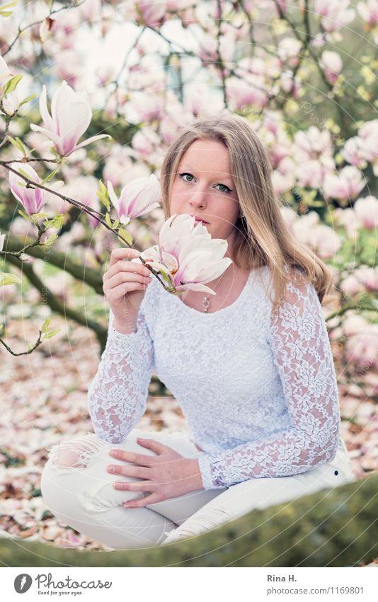 1. Mai. III feminin Jugendliche Mensch 13-18 Jahre Pflanze Frühling Schönes Wetter Baum Garten Park Mode T-Shirt Hose Haare & Frisuren blond langhaarig Blühend