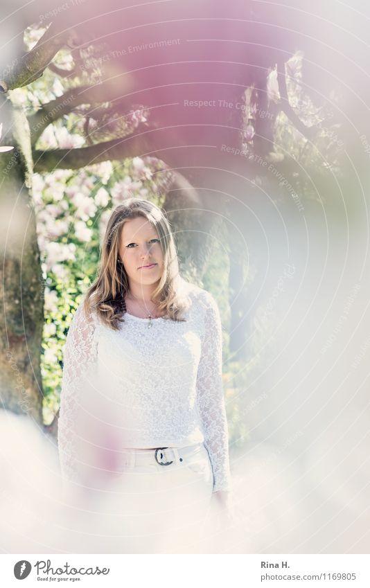 1. Mai feminin Junge Frau Jugendliche Mensch 13-18 Jahre Pflanze Frühling Schönes Wetter Baum Garten T-Shirt blond langhaarig stehen schön Magnoliengewächse