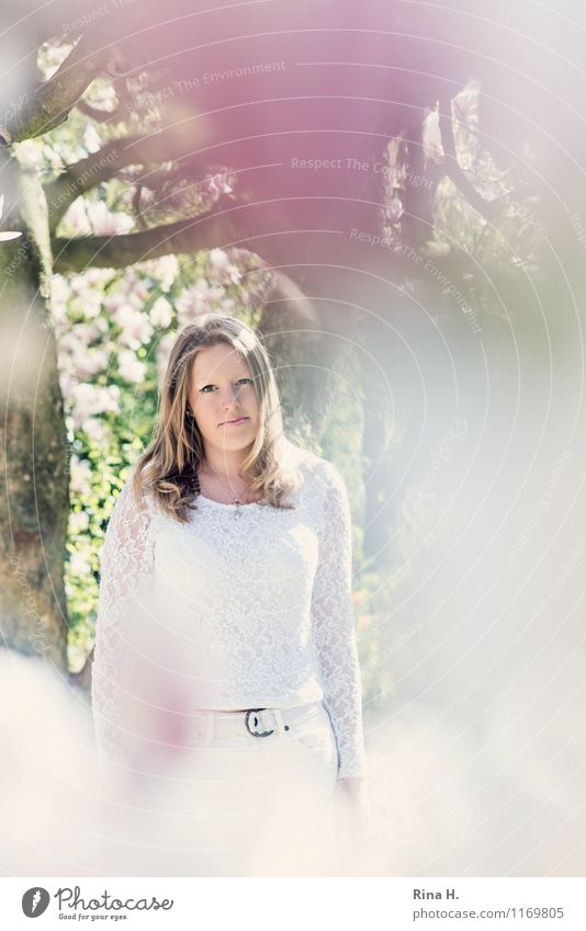 1. Mai Mensch Jugendliche Pflanze schön Junge Frau Baum Frühling feminin Garten 13-18 Jahre blond stehen Schönes Wetter T-Shirt langhaarig Schüchternheit