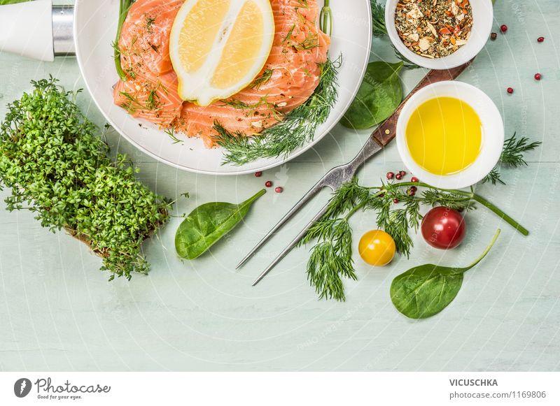 Lachs Filet in Pfanne mit Öl, Zitrone und Dill Lebensmittel Fisch Gemüse Salat Salatbeilage Kräuter & Gewürze Ernährung Mittagessen Abendessen Bioprodukte
