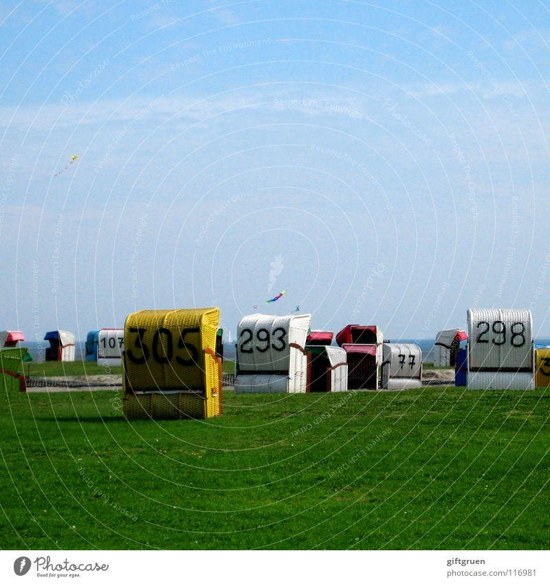 strandkorb-durcheinander Himmel blau Sommer Strand Ferien & Urlaub & Reisen Wiese Gras Küste chaotisch Nordsee Drache Strandkorb